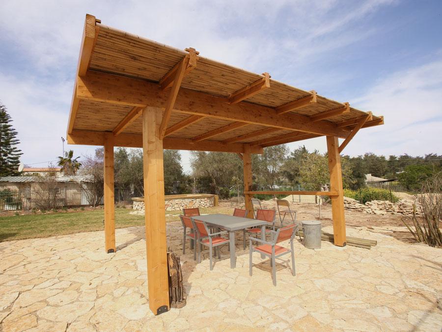 פרגולת עץ באמצע החצר ירושלים
