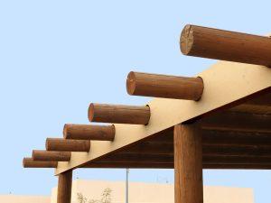 פרגולת עץ בשילוב קורות עגולות