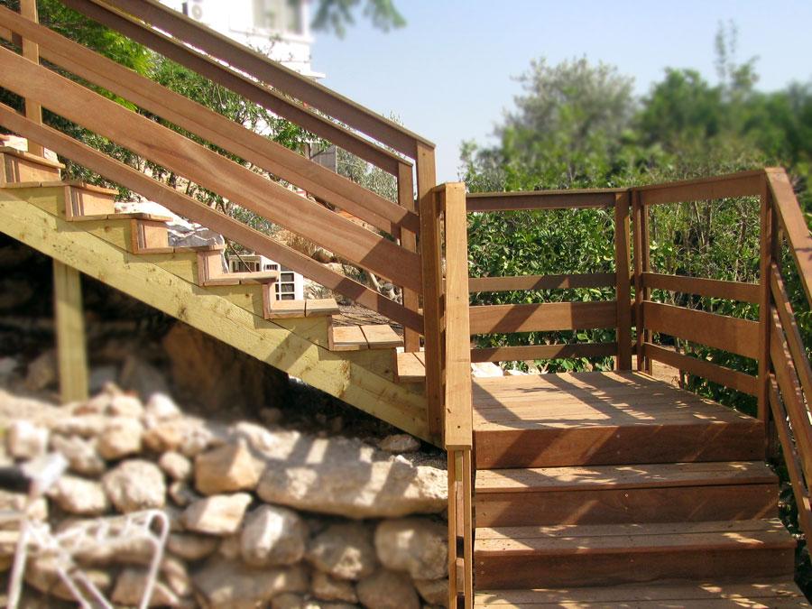 מדרגות עץ בירושלים