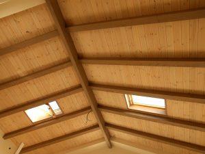 עבודת עץ- גג רעפים דו שיפועי עם חלונות סקי לייט