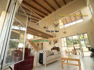 מדרגות עץ אלון עם גישה לגלרייה