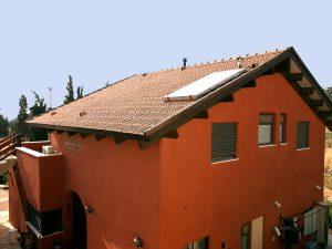 גג רעפים גושני בבית האדום של שרה
