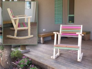 כסא נדנדה צבעוני לחצר