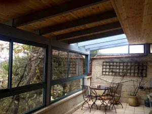 סגירת מרפסת חורף מעץ וזכוכית