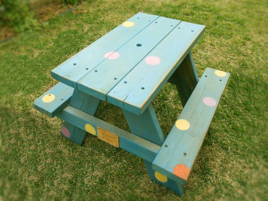 שולחן עץ לחצר בירושלים